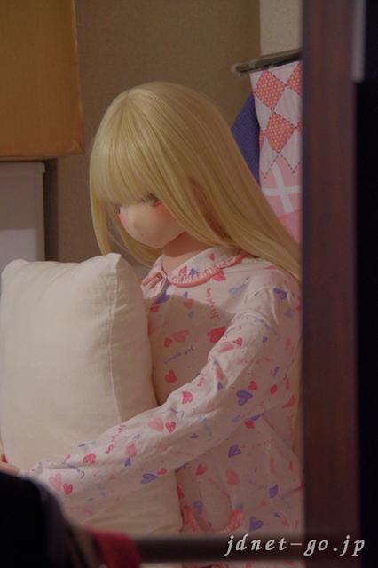 パジャマを着た『ふぇありーどーる「おすわり」のの』と添い寝